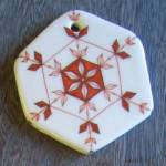 九谷焼陶器のクリスマスオーナメント~雪の結晶赤絵に金彩銀彩